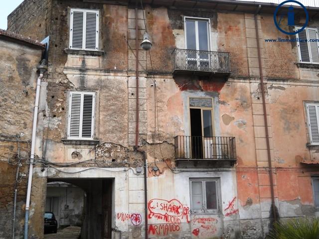 Palazzo / Stabile in vendita a Caserta, 20 locali, zona Località: SanClemente, prezzo € 199.000 | Cambio Casa.it
