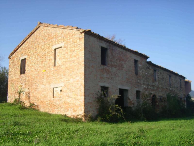 Rustico / Casale in vendita a Fabriano, 20 locali, zona Località: FRAZIONI, Trattative riservate | Cambio Casa.it