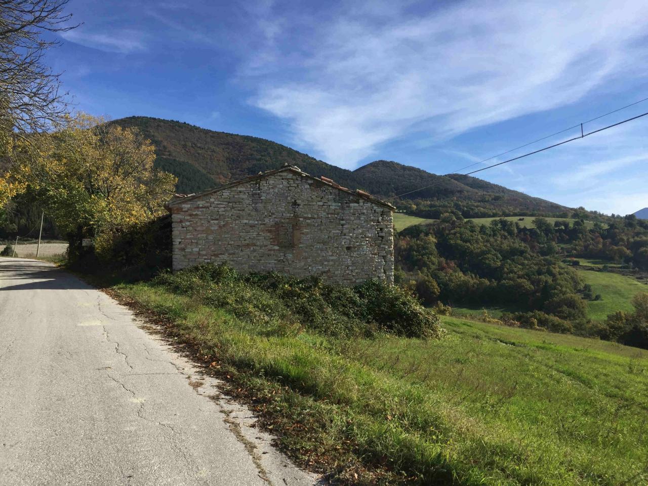 Rustico / Casale in vendita a Fabriano, 8 locali, zona Località: FRAZIONI, Trattative riservate | Cambio Casa.it