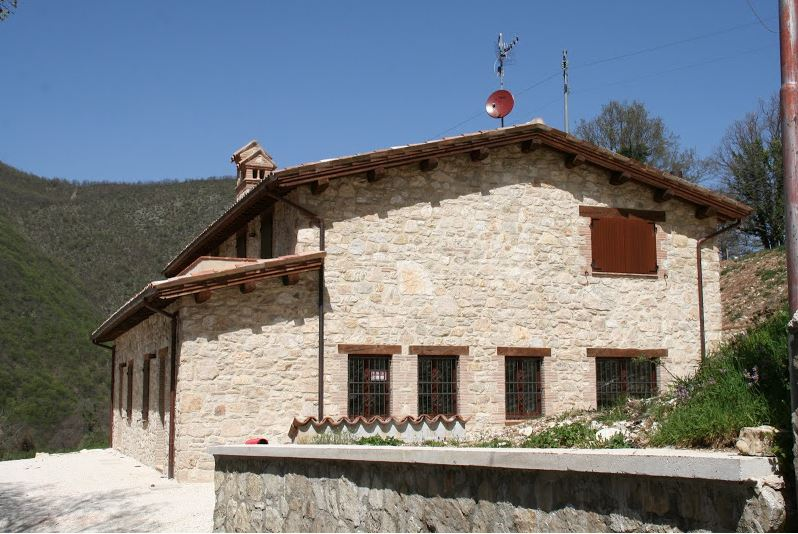 Rustico / Casale in vendita a Sefro, 8 locali, prezzo € 170.000   CambioCasa.it