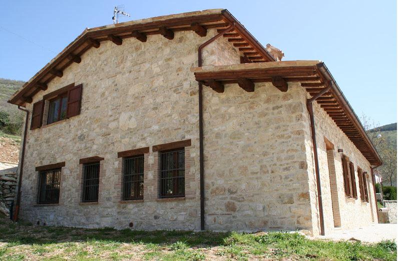 Rustico / Casale in vendita a Sefro, 8 locali, prezzo € 180.000   CambioCasa.it