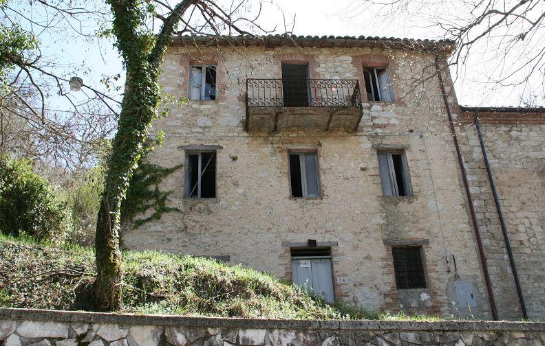 Rustico / Casale in vendita a Sefro, 8 locali, prezzo € 85.000   CambioCasa.it