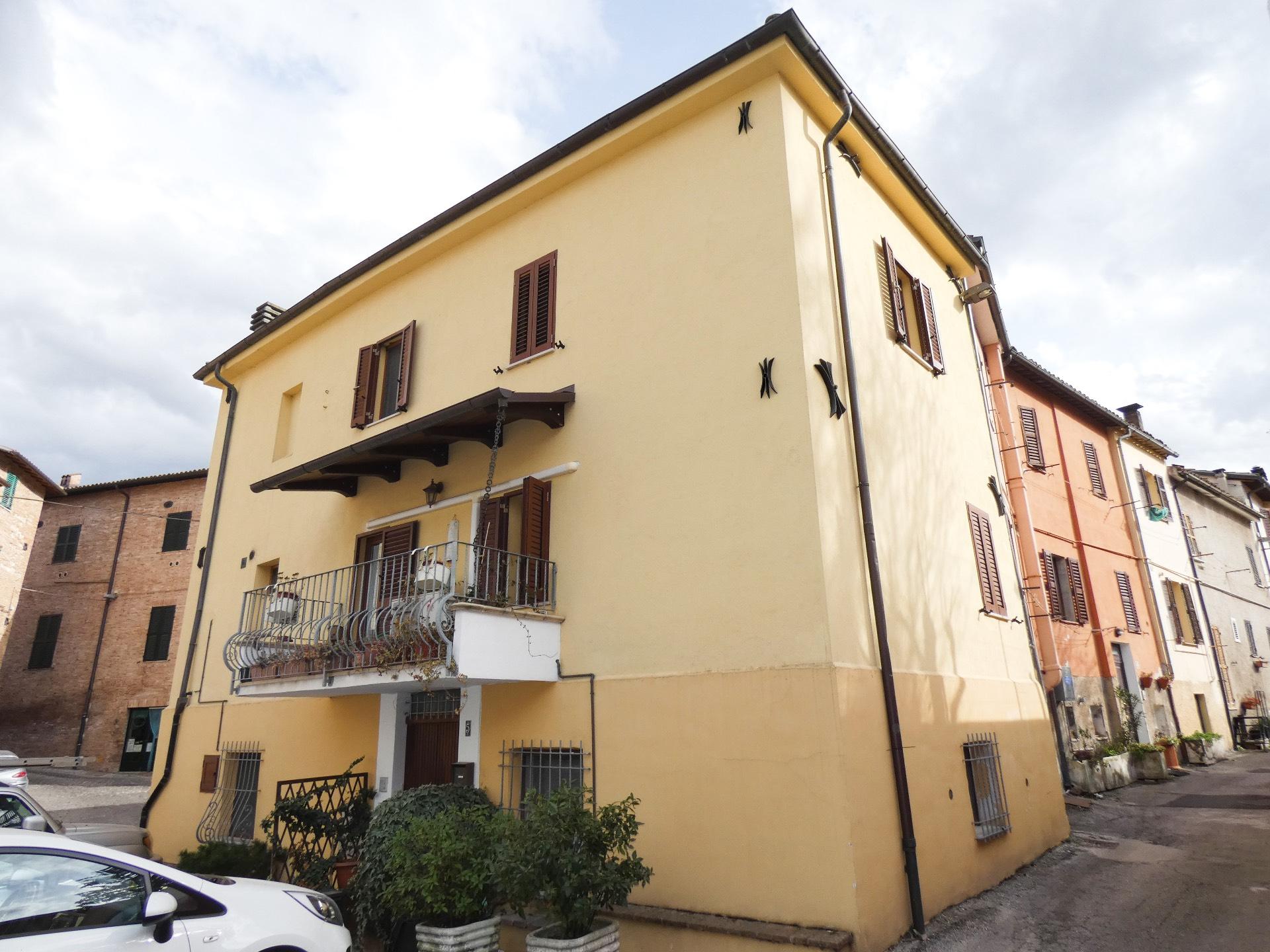 Soluzione Indipendente in vendita a Fabriano, 9 locali, zona Località: CENTROSTORICO, prezzo € 152.000 | CambioCasa.it