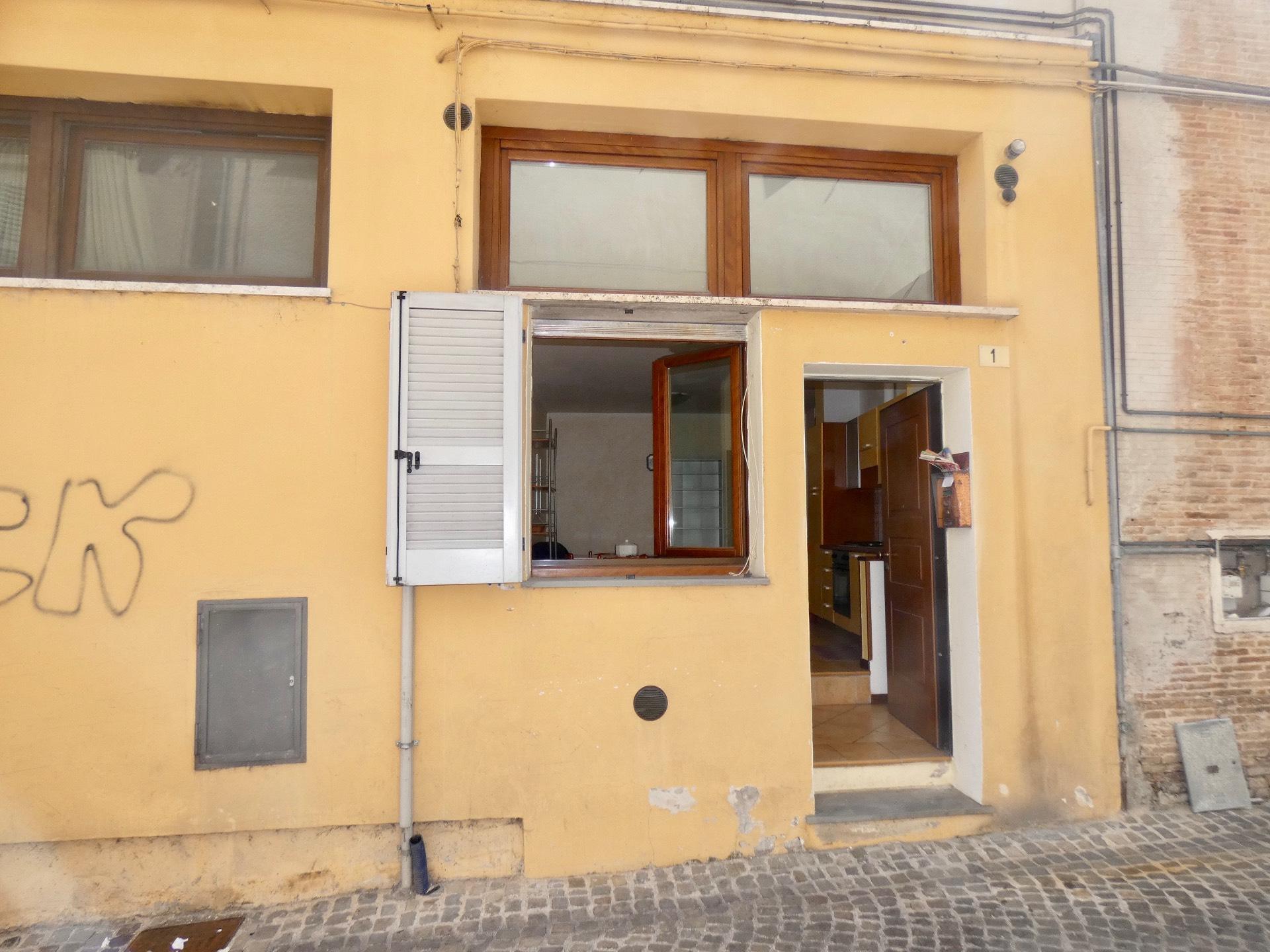 Appartamento in vendita a Fabriano, 3 locali, zona Località: CENTROSTORICO, prezzo € 80.000 | CambioCasa.it