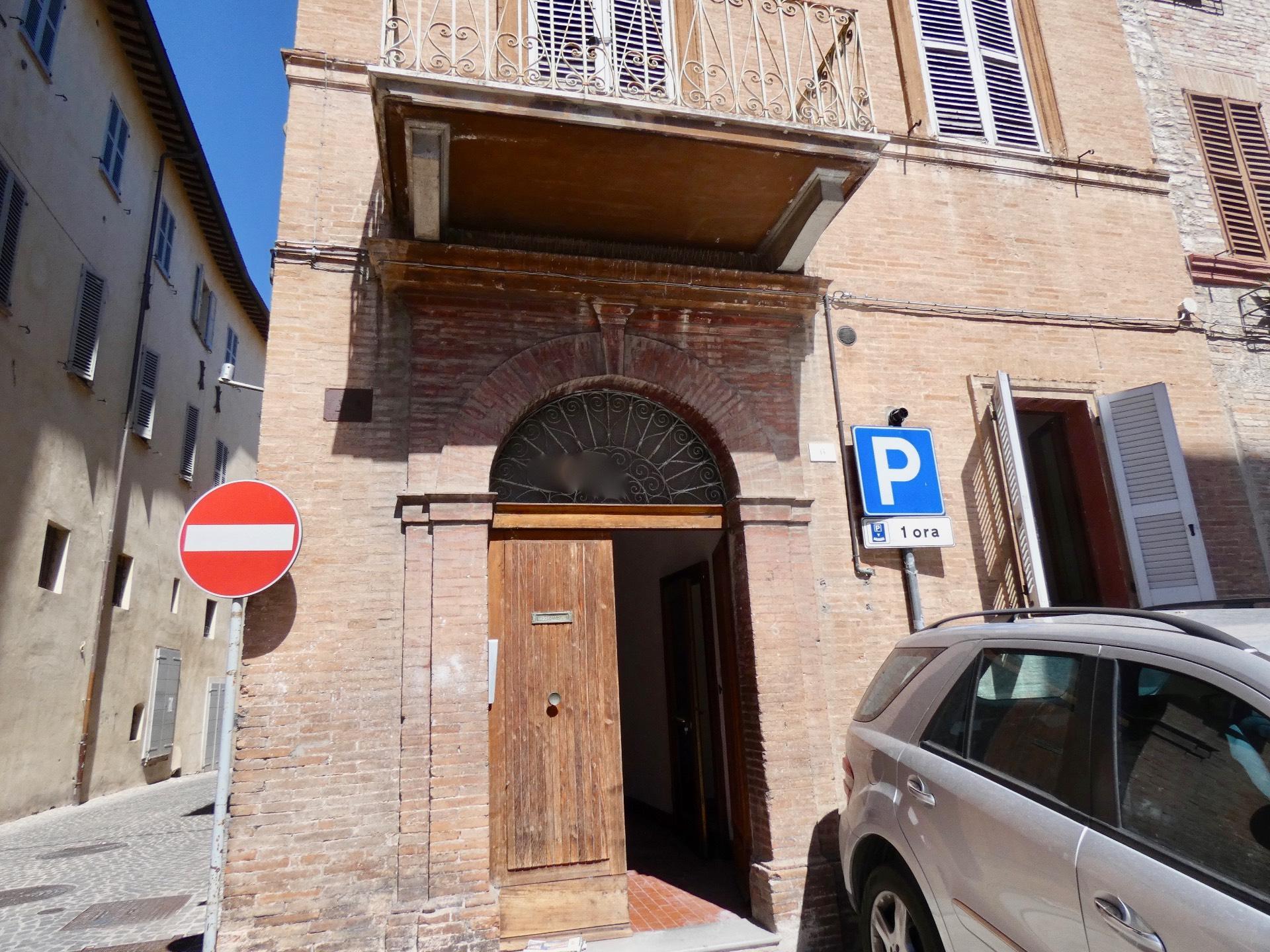 Appartamento in vendita a Fabriano, 3 locali, zona Località: CENTROSTORICO, prezzo € 45.000 | CambioCasa.it