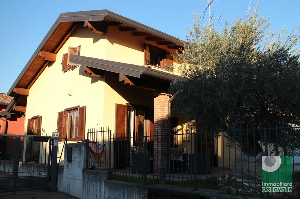 Villa in vendita a Oleggio, 7 locali, prezzo € 269.000 | Cambio Casa.it