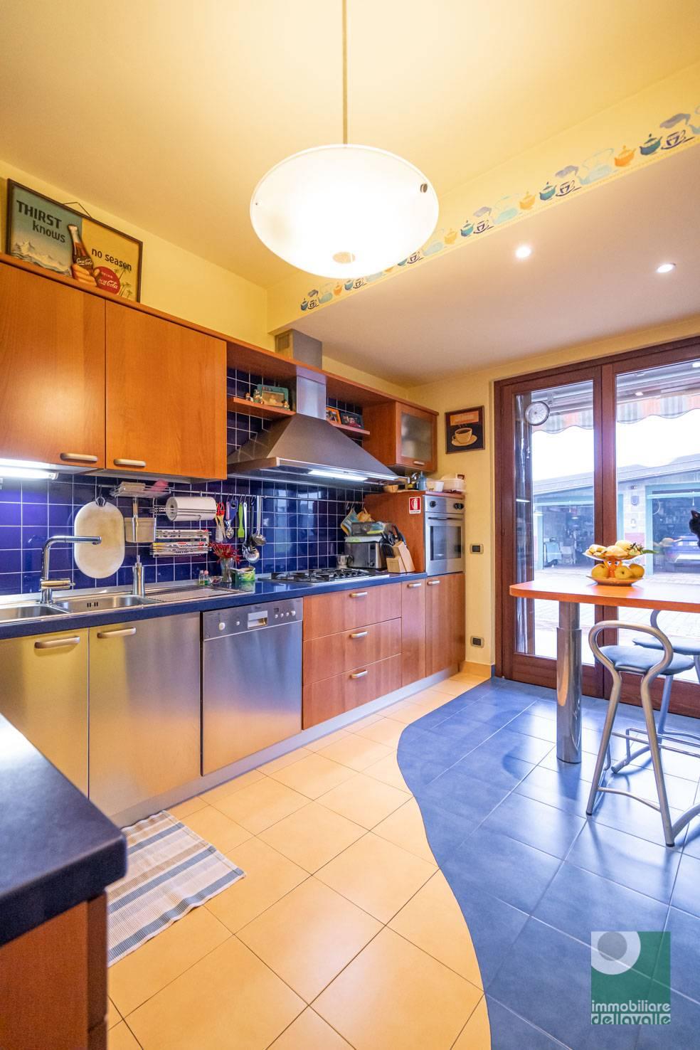 Villa in vendita a Oleggio, 5 locali, prezzo € 295.000 | CambioCasa.it
