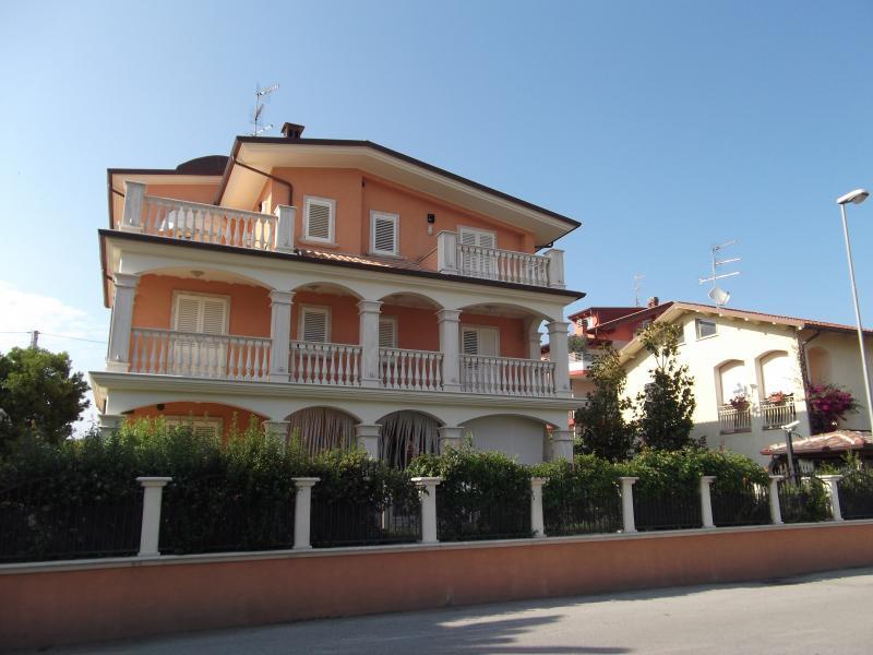 Villa in vendita a Martinsicuro, 13 locali, zona Località: VillaRosa, Trattative riservate | Cambio Casa.it