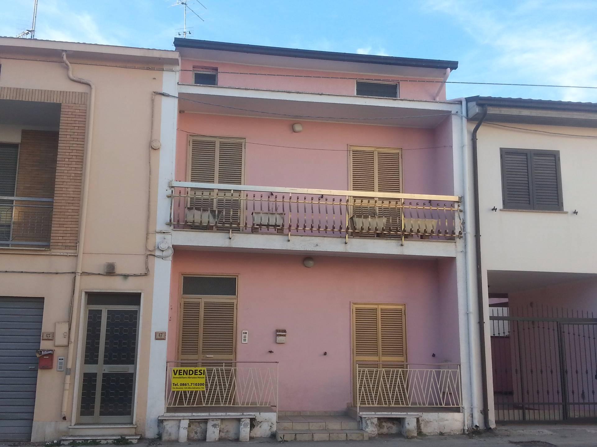 Soluzione Indipendente in vendita a Alba Adriatica, 8 locali, zona Località: ZonaMare, prezzo € 119.000 | Cambio Casa.it