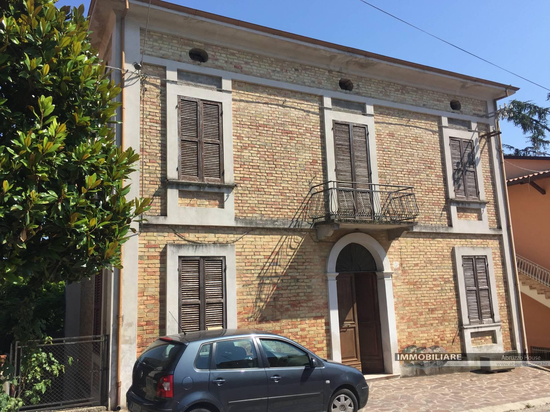 Soluzione Indipendente in vendita a Controguerra, 10 locali, prezzo € 340.000 | CambioCasa.it
