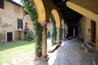 Doppel-Haus / Villa zu Verkaufen in Vernate