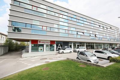 Attività commerciale/ Magazzino/Ufficio/Laboratorio in Vendita