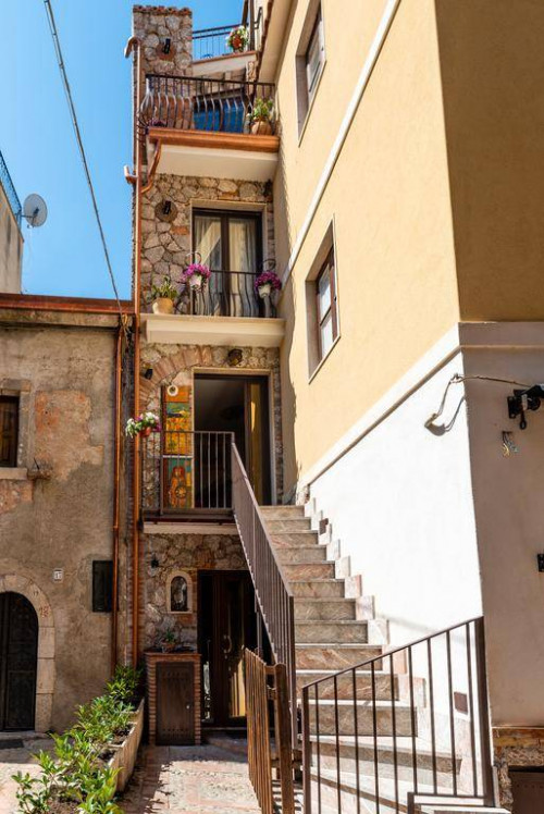 Single House for Sale to Taormina