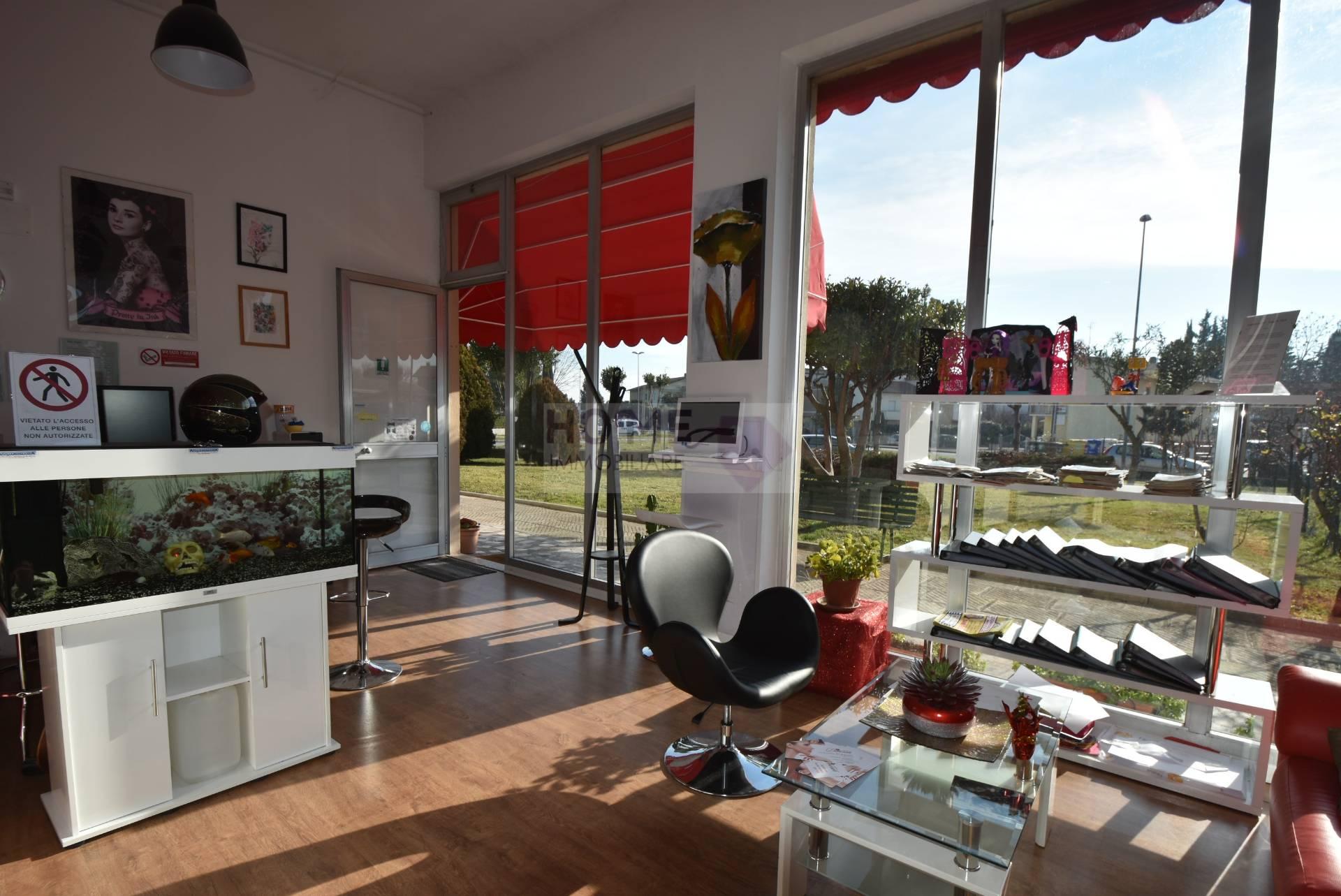 Negozio / Locale in vendita a Macerata, 9999 locali, zona Località: Piediripa, prezzo € 210.000 | Cambio Casa.it