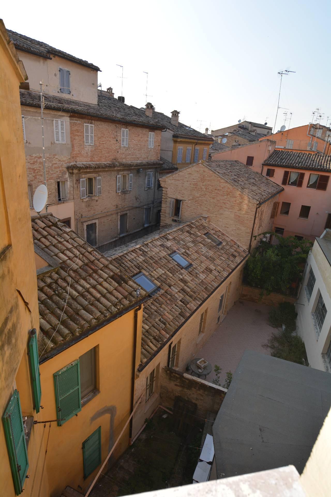 Appartamento in affitto a Macerata, 7 locali, zona Località: Centrostorico, prezzo € 720 | Cambio Casa.it