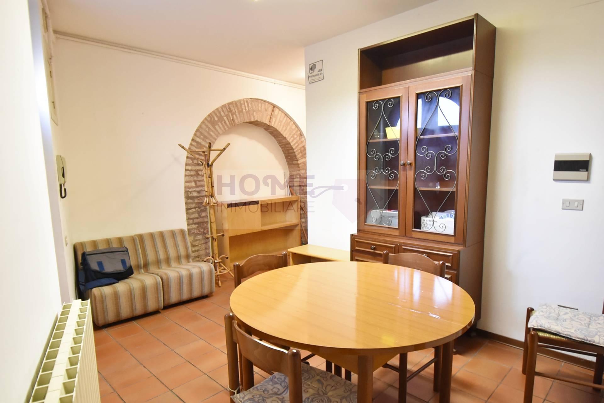 Appartamento in affitto a Macerata, 5 locali, zona Località: Centrostorico, prezzo € 380 | Cambio Casa.it