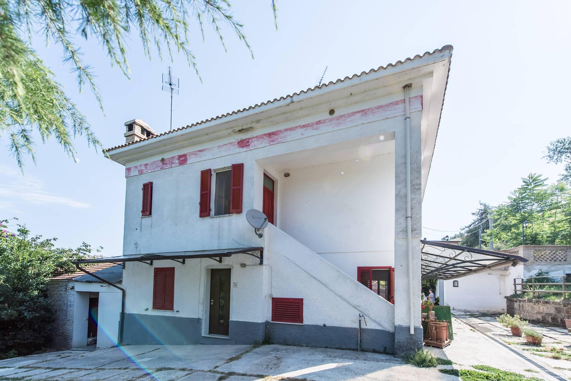 Soluzione Indipendente in vendita a Bucchianico, 9 locali, prezzo € 205.000 | Cambio Casa.it