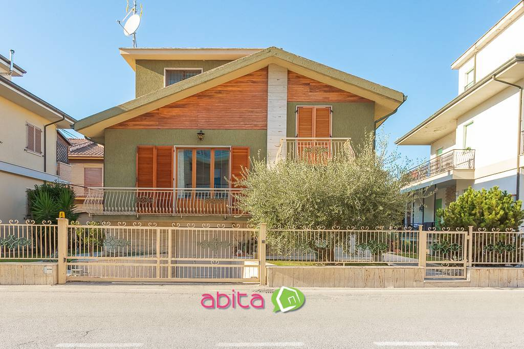 Soluzione Indipendente in vendita a Spinetoli, 10 locali, zona Località: PagliaredelTronto, prezzo € 219.000   CambioCasa.it