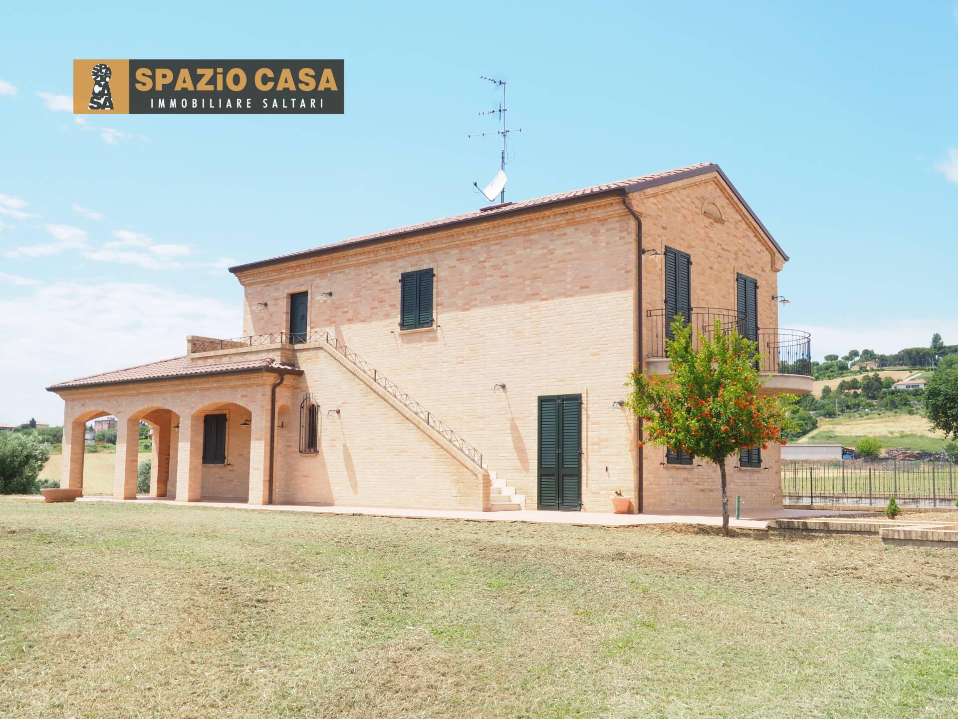 Rustico / Casale in vendita a Morrovalle, 7 locali, prezzo € 490.000   CambioCasa.it