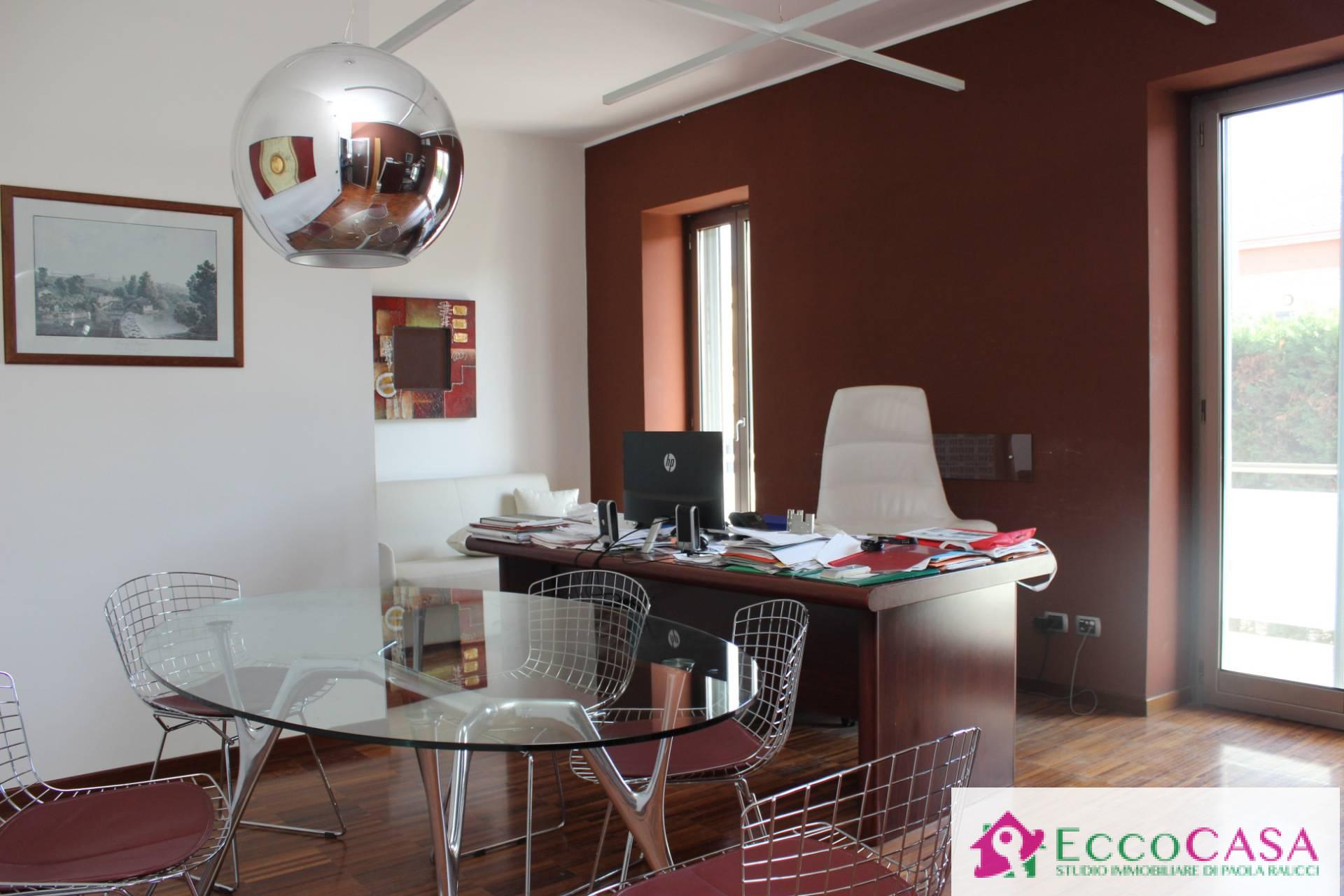 Ufficio / Studio in affitto a Maddaloni, 9999 locali, prezzo € 2.000 | CambioCasa.it