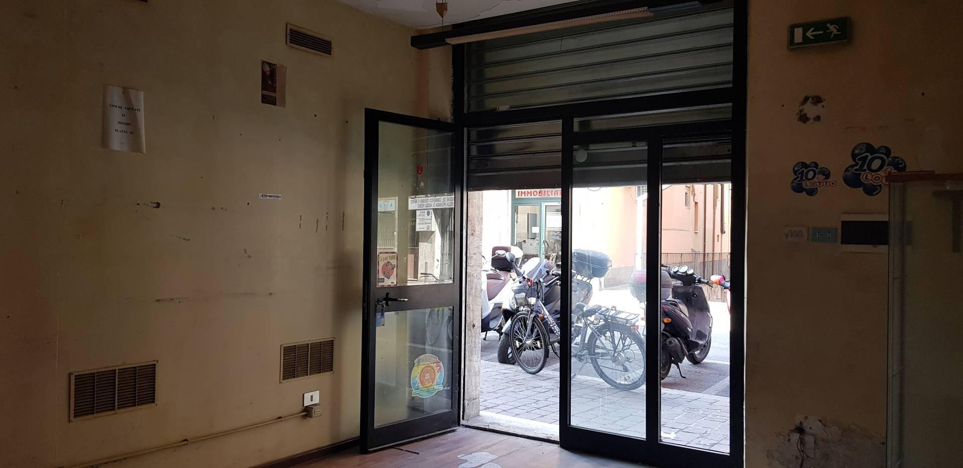Negozio / Locale in affitto a Ascoli Piceno, 9999 locali, zona Località: CentroStorico, prezzo € 390 | CambioCasa.it