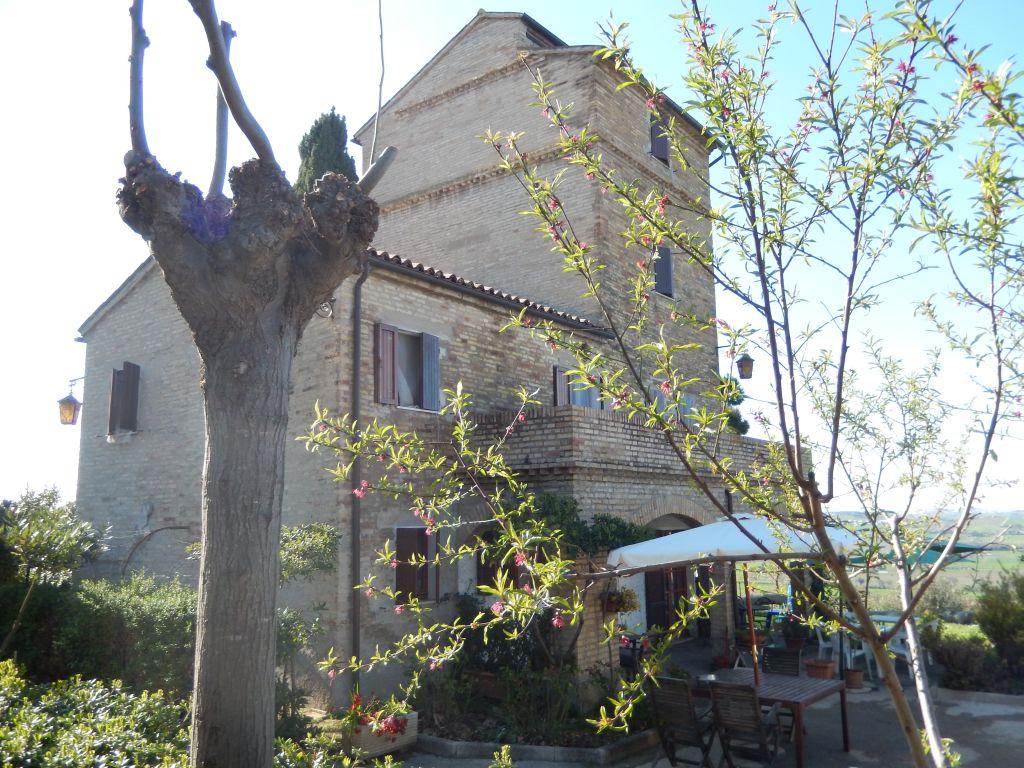 Rustico / Casale in vendita a Potenza Picena, 15 locali, prezzo € 700.000   CambioCasa.it
