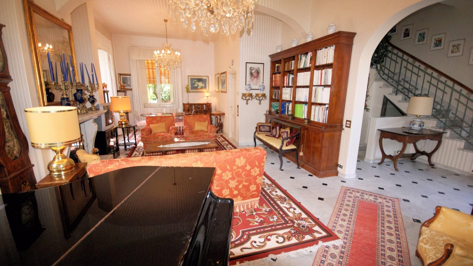 Villa in vendita a Lucca, 10 locali, prezzo € 1.050.000 | Cambio Casa.it