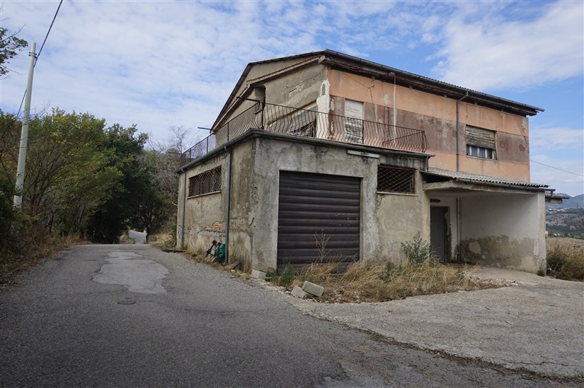 Fabbricato con Corte in VENDITA a Lattarico