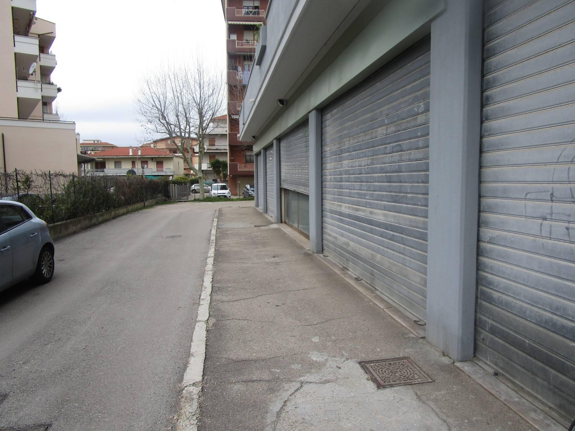 Negozio / Locale in affitto a Pescara, 9999 locali, zona Località: ZonaNord, prezzo € 2.500 | CambioCasa.it