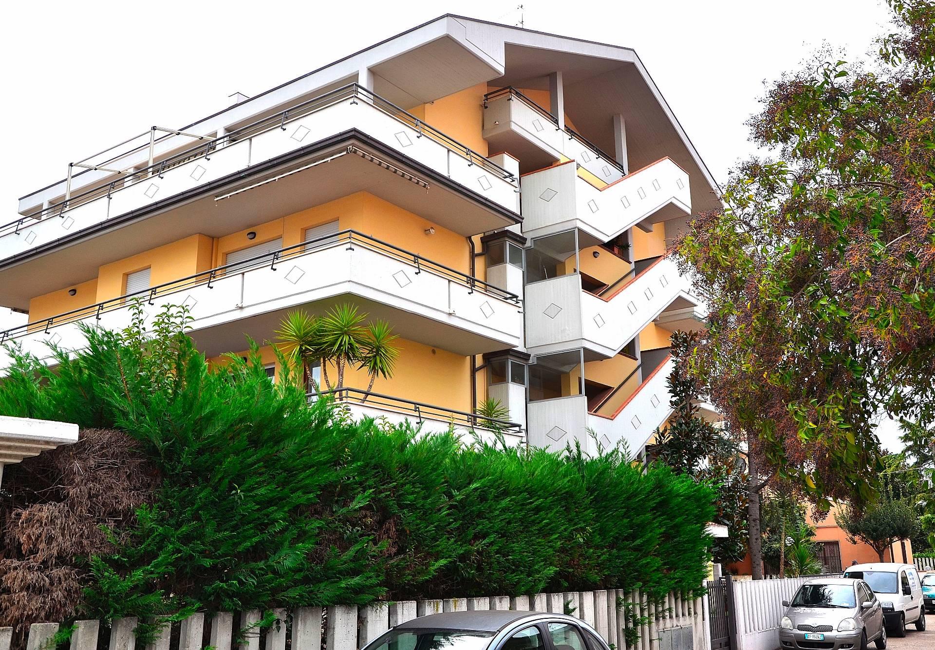 Appartamento in vendita a Montesilvano, 5 locali, zona Località: mare, prezzo € 200.000 | CambioCasa.it