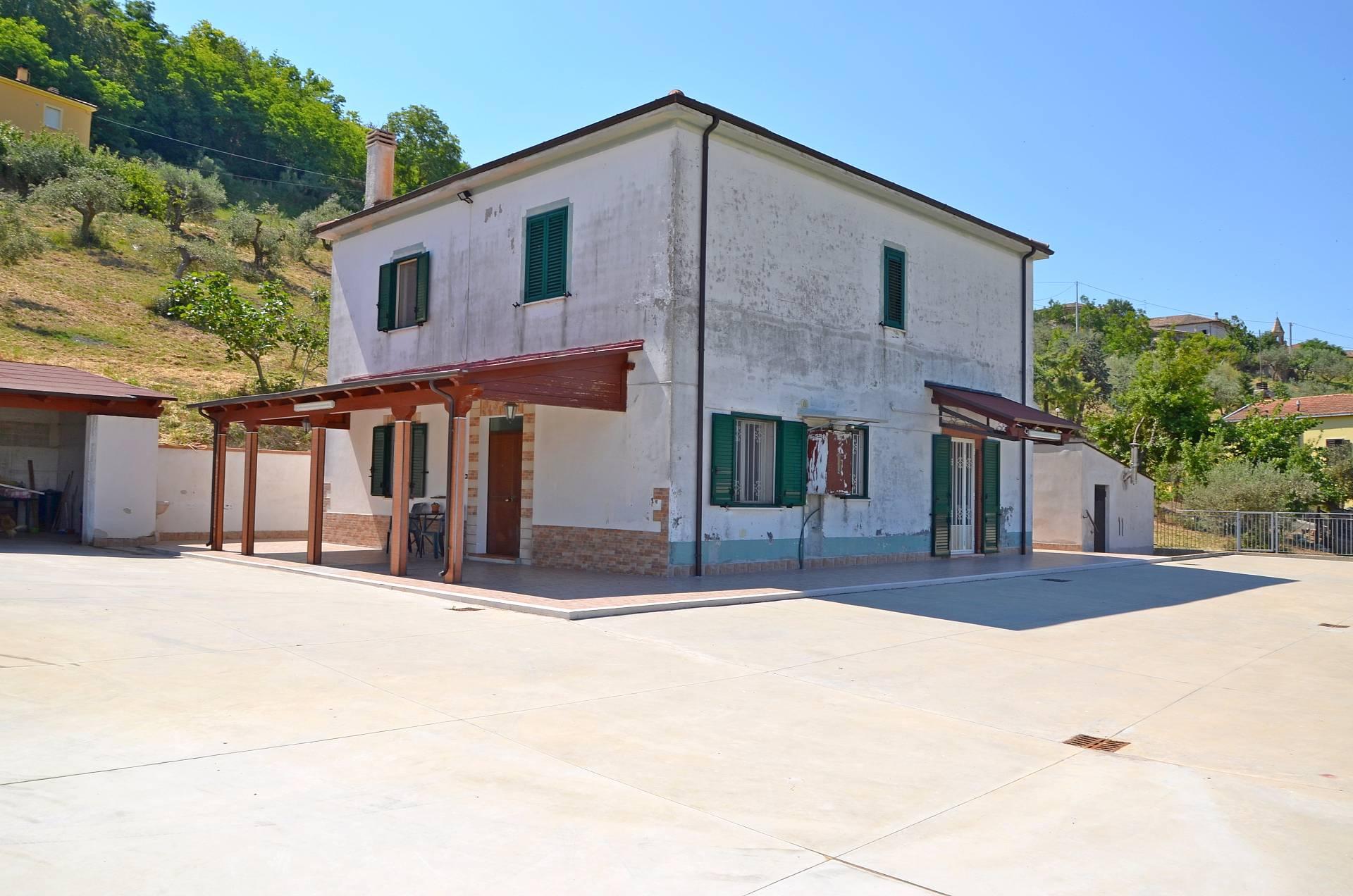 Soluzione Indipendente in vendita a Città Sant'Angelo, 8 locali, zona Zona: Annunziata, prezzo € 280.000 | CambioCasa.it