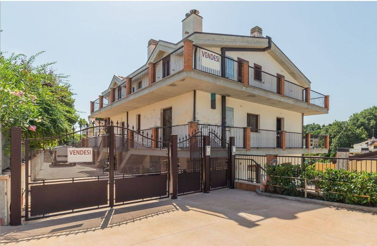 Appartamento in vendita a Montesilvano, 11 locali, zona Località: primacollina, prezzo € 390.000 | CambioCasa.it