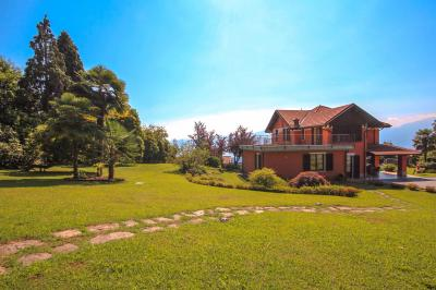 Bee, Villa with garden and wonderful lake view at Sale