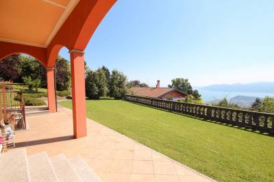 Bee, Villa con Giardino e stupenda  Vista Lago in Vendita