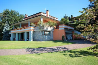 Verbania, Villa con Giardino , Ottima Esposizione a Sud, Finiture di Pregio in Vendita