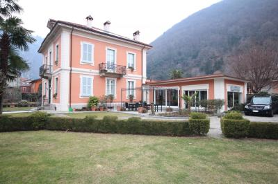 Cannobio, Wonderful ancient villa with park and outbuilding at Sale