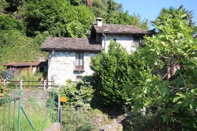 Cannobio, Casa con giardino e vista lago immersa nella natura. in Vendita
