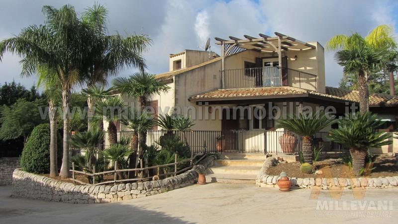 Villa in vendita a Modica, 7 locali, zona Località: Quartarella, prezzo € 380.000 | Cambio Casa.it