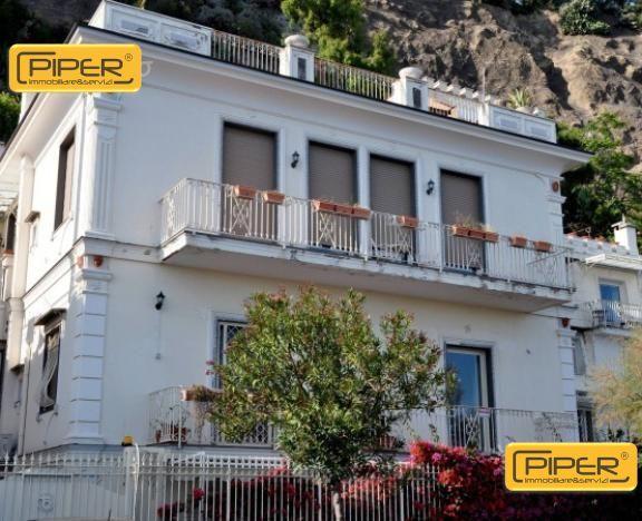 Appartamento in vendita a Pozzuoli, 4 locali, zona Località: Pozzuoli, prezzo € 500.000 | Cambio Casa.it